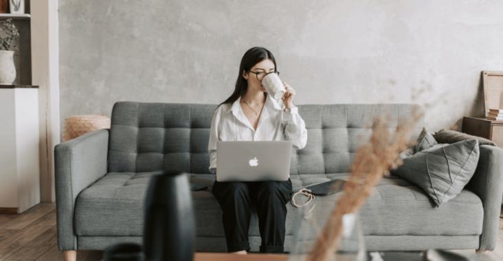 une entrepreneuse et son ordinateur